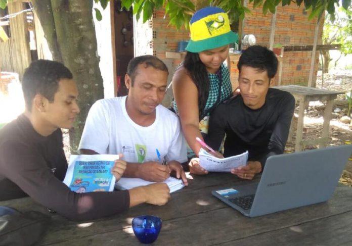 Mateus, que tirou 980 no Enem, dando aula de redação de graça para a comunidade dele no AP - Foto: Diário do Amapá / reprodução