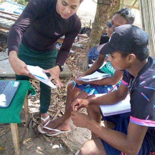 Mateus dá aula para os jovens da comunidade todo fim de semana - Foto: reprodução / Diário do Amapá
