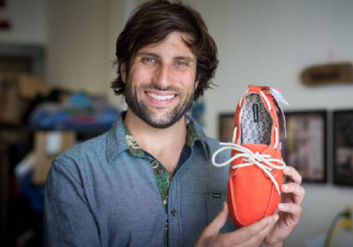 Jovem empreendedor usa pneus velhos para fazer chinelos