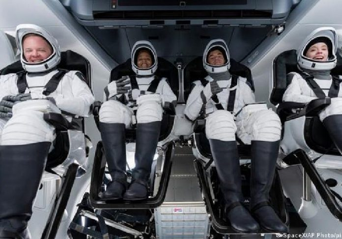 Na SpaceX: Chris Sembroski, Sian Proctor, Jared Isaacman e Hayley Arceneaux - Foto: SpaceX / AP Photo / Picture Alliance