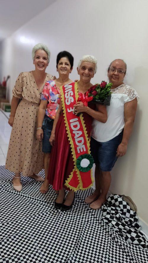 Dona Maria com a família e a faixa de campeã - Foto: arquivo pessoal
