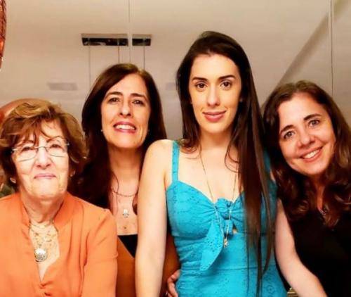 A professora Lina Orrico, com as filhas e a neta - Foto: arquivo pessoal