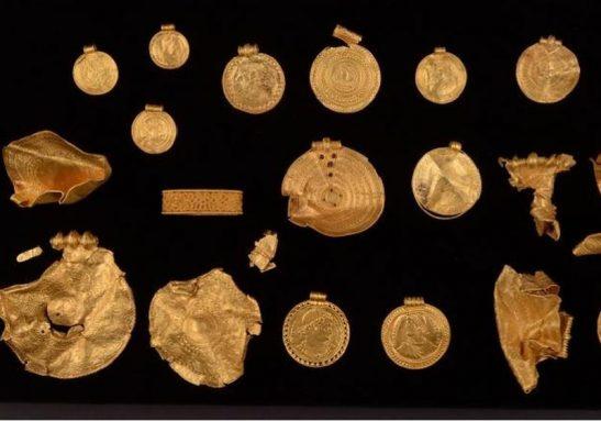 Parte do tesouro de ouro encontrado pelo arqueólogo na Dinamarca - Foto: Reprodução/Vejle Museerne