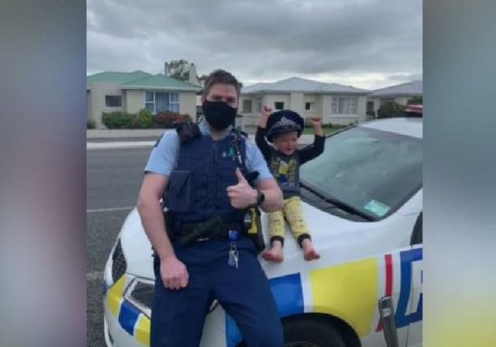 O policial e o garoto de 4 anos que queria saber se os brinquedos dele eram legais - Foto: reprodução / Facebook