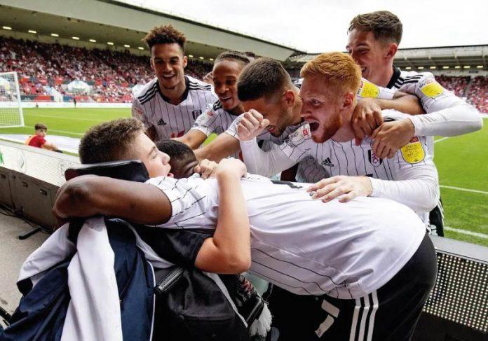 Jogadores comemoram o gol com um garoto que tem paralisia cerebral, humilhado por querer ser goleiro - Foto: reprodução