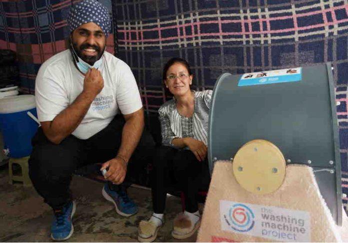 As máquinas são criadas no Reino Unido e enviadas para pessoas sem acesso a eletricidade e água Foto: SWNS