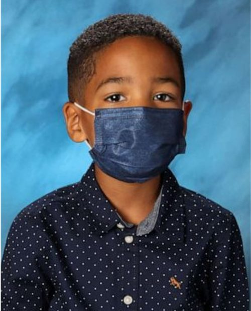 Mason Peoples e a máscara que já rendeu mais de US$ 36 mil ao menino - Foto: Reprodução/Redes