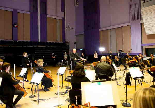 Paul em ação com a orquestra Foto: SWNS